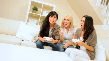 Trío de amigos multiétnicas con juegos electrónicos — Vídeo de stock
