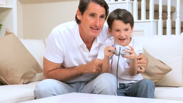 Father with Little Boy Winning Electronic Game — Vidéo
