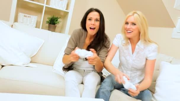 Dos amigas divirtiendo jugando en la consola de juegos — Vídeo de stock