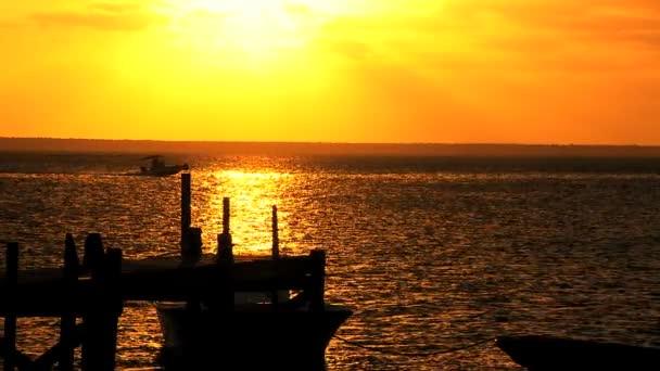 Coucher de soleil sur la jetée de l'île — Vidéo
