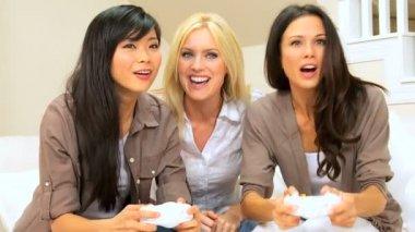 Multi-ethnic novias jugando en la consola de juegos — Vídeo de stock
