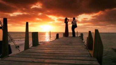 Paradiso tramonto coppia elegante — Video Stock