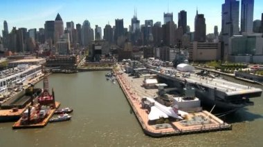 Aerial view of Concorde alongside USS Intrepid in New York, USA — Stock Video