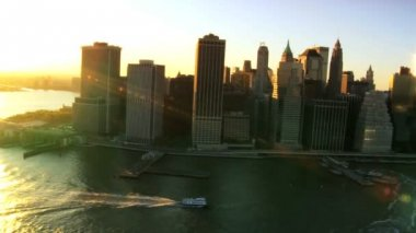 знаковых вид сверху над рекой гудзон и manhattans финансовый район, нью-йорк, сша — Стоковое видео