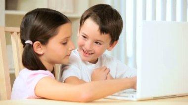 Enfants qui jouent sur ordinateur portable à la maison — Vidéo