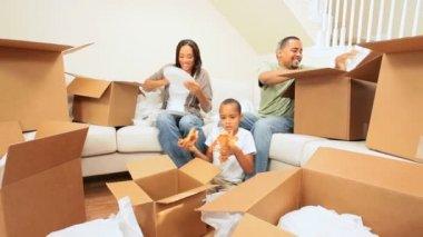 молодые афро-американской семьи в новом доме — Стоковое видео