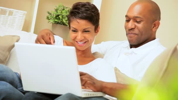 Pareja joven afroamericano usando laptop en casa — Vídeo de stock