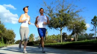 Junges paar jogging auf andere straßen — Stockvideo