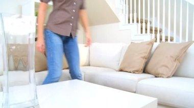 Hübsche frau zu hause sofa — Stockvideo