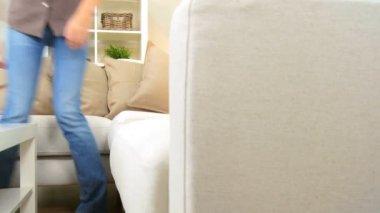 Jovem fêmea relaxando no sofá home — Vídeo stock