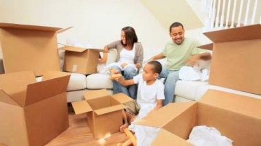 Etnische familie genieten van nieuwe thuis — Stockvideo