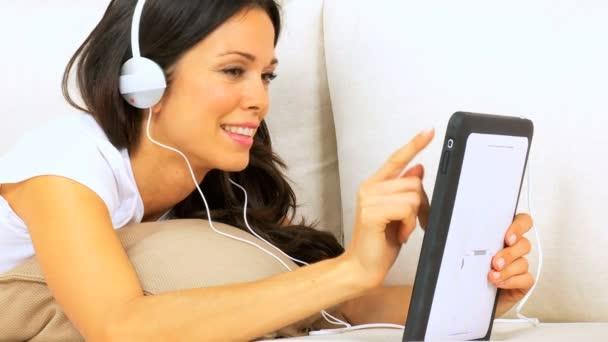 Fille, écouter de la musique par le biais de tablette sans fil — Vidéo