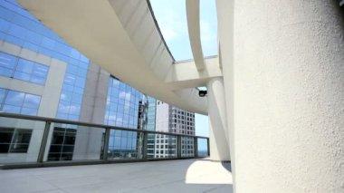 Aprire mezzanino in edificio moderno grattacielo — Video Stock