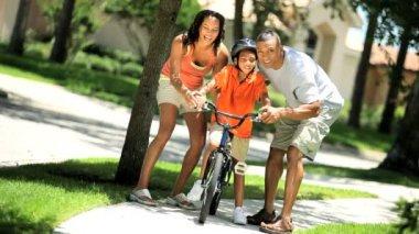 Etnické chlapce se učíš jezdit na kole — Stock video