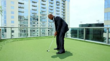 Ethnic Businessman Practicing Golf on City Office Roof — Stock Video