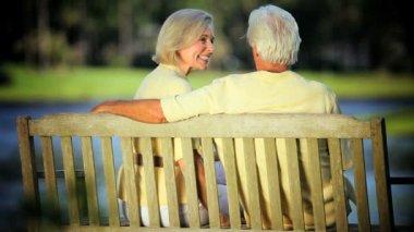 Senior par disfrutar años dorados al aire libre en el parque — Vídeo de stock