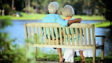 Retired Couple Sitting Outdoors on Park bench — Stock Video