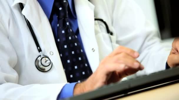 Médico Senior en sus salas de consulta — Vídeo de stock