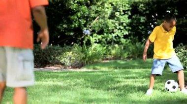 этнические отец & сын ногами мяч вместе — Стоковое видео