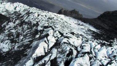 Luchtfoto van sedimentaire vulkanisch stof op gletsjer, ijsland — Stockvideo