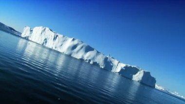 Enorme iceberg quebrado livre da terra em massa — Vídeo Stock