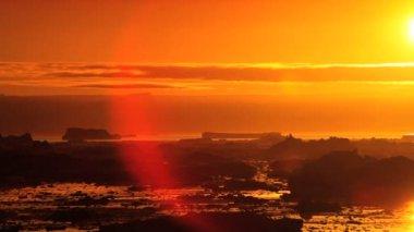 Lueur du soleil de settfng au cours de la fonte des glaces flottantes — Vidéo