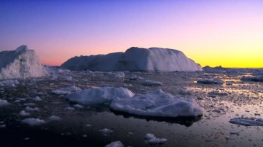 Dusk over Icebergs & Ice Floes — Stock Video