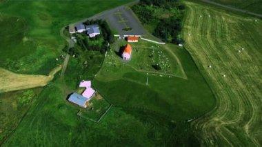 Vue aérienne d'une ferme isolée de travail, région de l'arctique — Vidéo