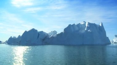 Large Iceberg Broken from Land Mass — Stock Video