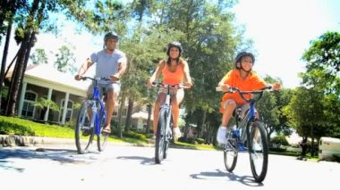 Healthy Lifestyle Cycling of Young Ethnic Family — Stock Video