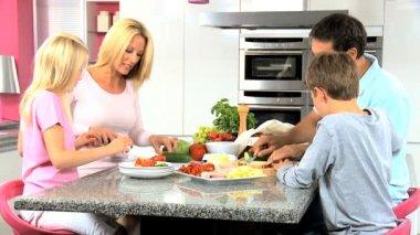 Jeune famille en cuisine à préparer des repas sains — Vidéo