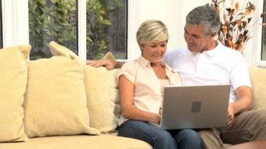Středního věku pár pomocí domácí notebook — Stock video