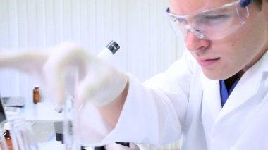 Medizintechniker einstudieren forschungsdaten — Stockvideo
