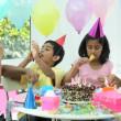 jeune fille ethnique profitant des célébrations d'anniversaire — Vidéo