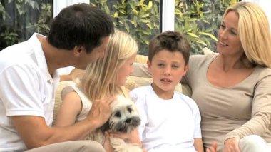 白种人家庭在家里与他们的狗 — 图库视频影像