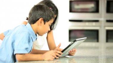 Fratelli etnici utilizzo wireless tablet — Video Stock