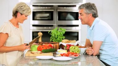 Couple mature dans la cuisine à domicile prépare le déjeuner — Vidéo