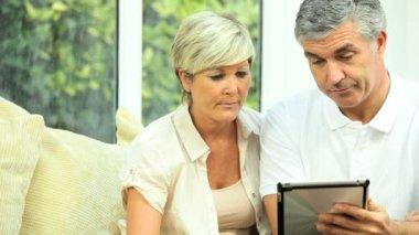 älteres paar mit wlan tablet für finanzen — Stockvideo