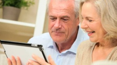 Retired Couple Using Wireless Tablet Technology — Stock Video