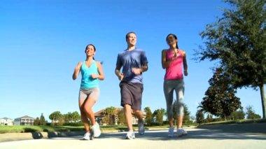 Jovens amigos jogging juntos — Vídeo stock
