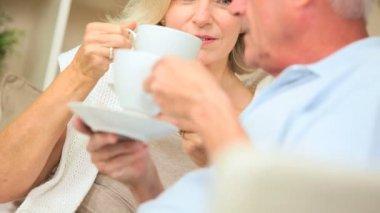 Coppia senior rilassante a casa con caffè — Video Stock