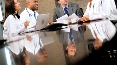Pět multi etnické lékařské v setkání týmu — Stock video
