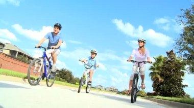 Saine famille caucasien cyclisme ensemble — Vidéo