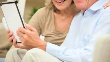 Caucasian Senior Couple at Home with a Wireless Tablet — Stock Video