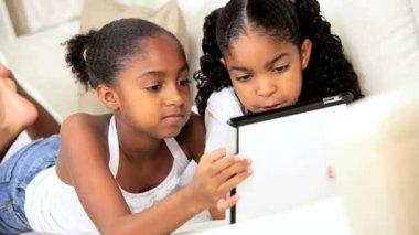 ワイヤレス タブレットで民族の女の子 — ストックビデオ