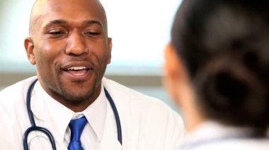 çok etnik sağlık yöneticileri yakın çekim — Stok video