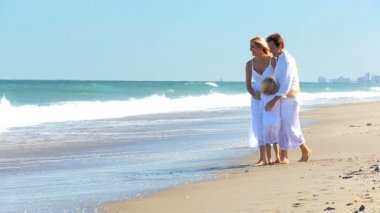 享受海滩生活方式的白种人家庭组 — 图库视频影像