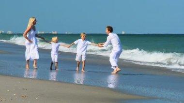 Rodziny działa zabawa na plaży — Wideo stockowe