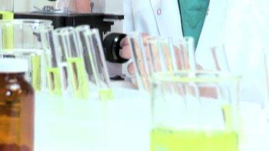 Met behulp van Microscoop onderzoeksassistent — Stockvideo