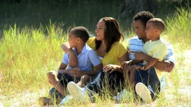 Молодая семья этнических, наслаждаясь парк — Стоковое видео
